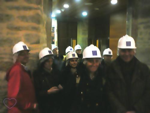 Visitantes com capacete na Catedral de Vitoria-Gasteiz.
