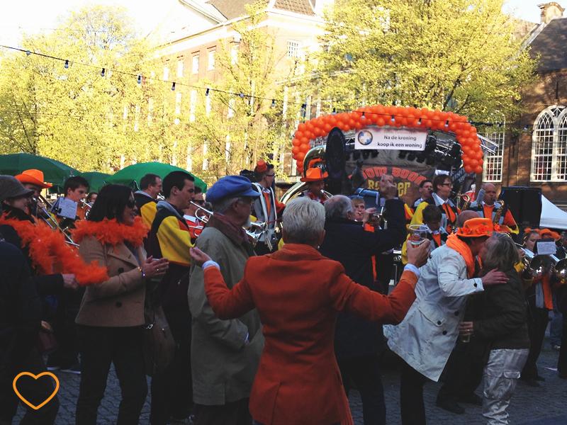 Pessoas em Amsterdam comemorando o Dia da Rainha.