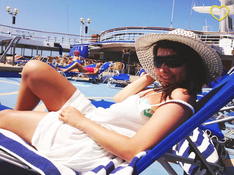 Eu tomando sol no navio.
