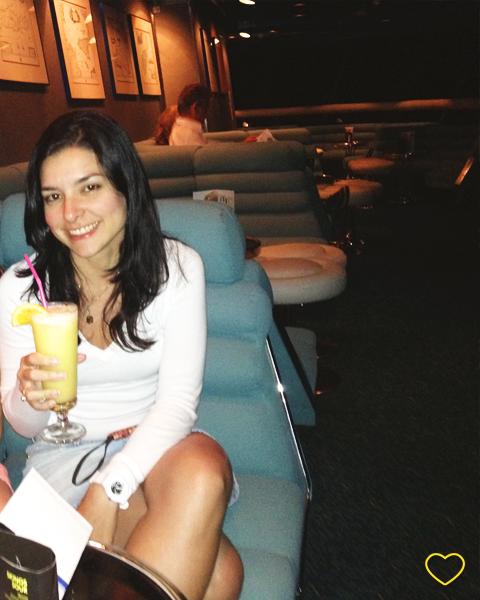 Eu tomando um drink no navio.