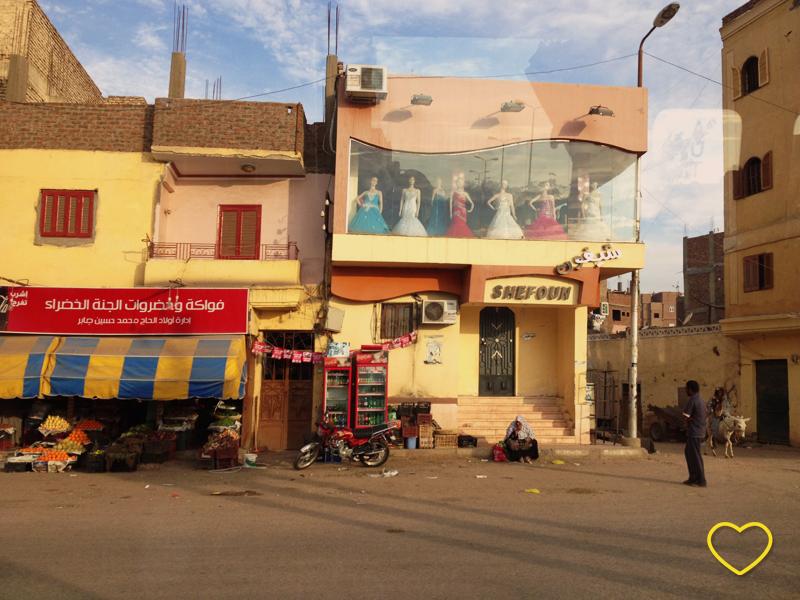 Imagem de uma rua em Lúxor, Egito.