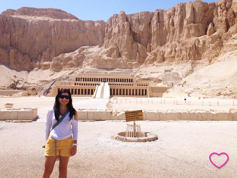 Eu na frente do templo e as formações rochosas.