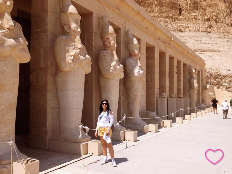 Imagem de uma série de estátuas da faraó.