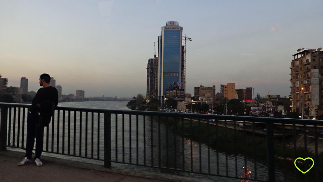 Foto da cidade do Cairo tirada de uma ponte que cruza o rio Nilo.