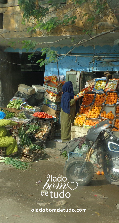Detalhe de uma cena cotidiana no Cairo. Duas mulheres trabalham em uma feira de frutas.