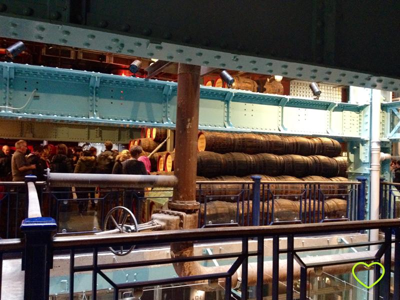 Foto que mostra barris no museu, espaço que ensina sobre o armazenamento da Guinnes.