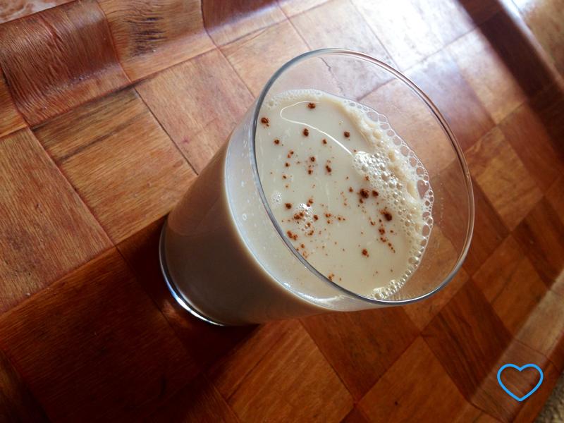 Foto de um copo com horchata e polvilhada com canela.