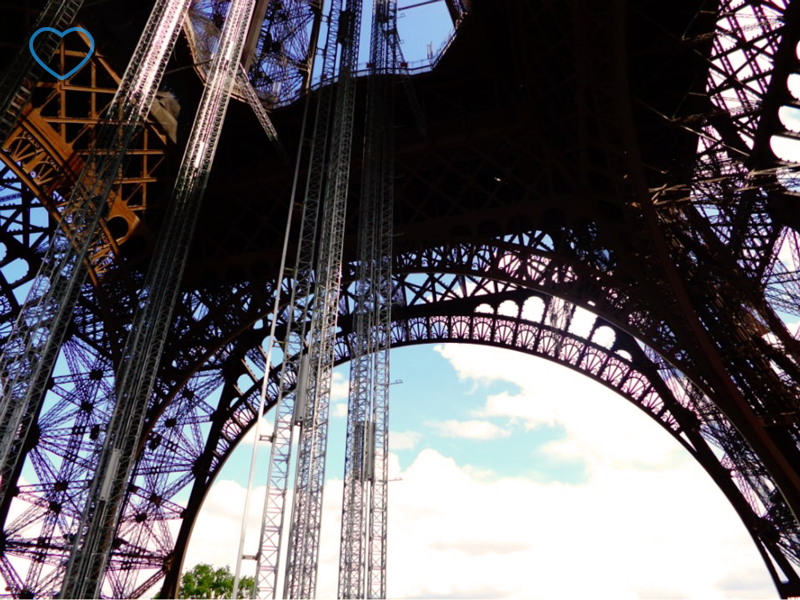 Foto de detalhe da Torre Eiffel vista de baixo.