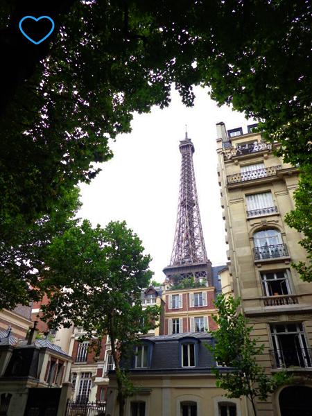 Foto da Torre atrás de edifícios.