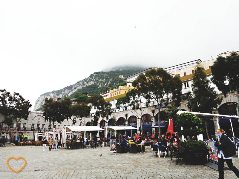 Uma das principais praças do centro de Gilbraltar. E o rochedo ao fundo.
