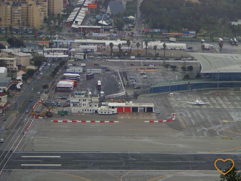 Foto de cima, da avenida principal e da pista do aeroporto.