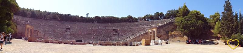 O Teatro Antigo de Epidauro visto do chão.