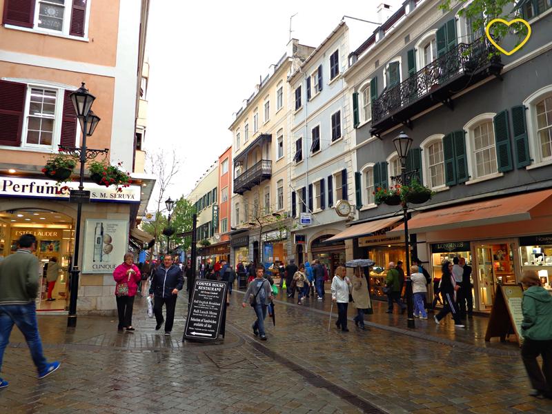Foto do início da rua comercial do centro de Gibraltar.