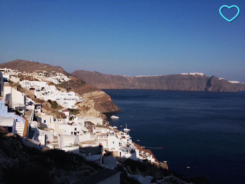Vista aérea da parte da ilha onde estão os teleféricos. Vêem-se as típicas casinhas brancas, o mar bem azul e as rochas vulcânicas de que são feitas as ilhas do arquipélago.