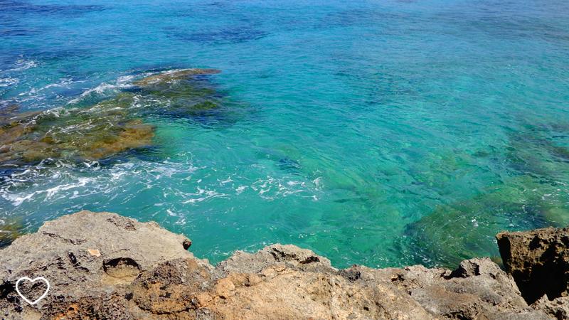 Mar azul esverdeado e rochas.