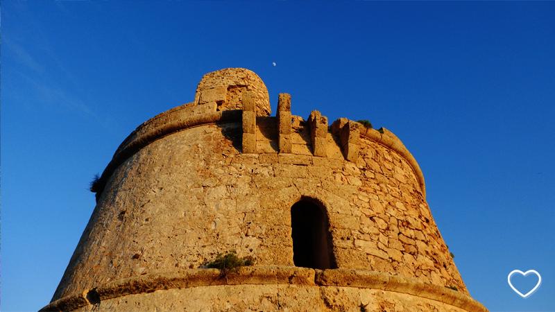 Construção antiga e a Lua.