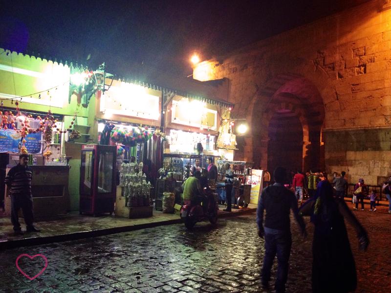 O centro histórico do Cairo. Umas lojas e algumas pessoas.