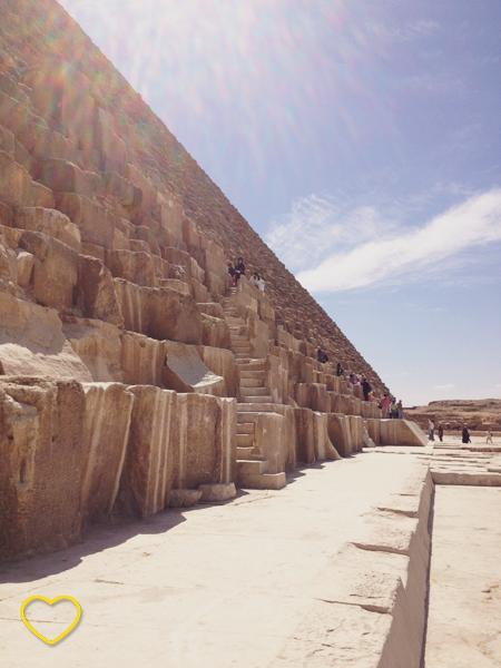 A base da pirâmide Quéops.