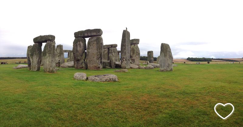 Stonehenge de perto e o gramado bem verde.