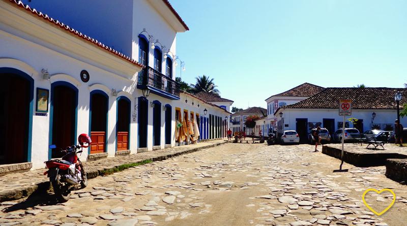 Uma rua em Paraty onde se vêem casas coloniais com várias camadas de telhas.