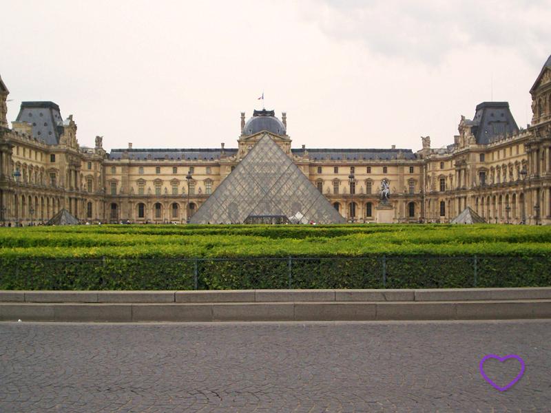 Foto do Louvre com a pirâmide.