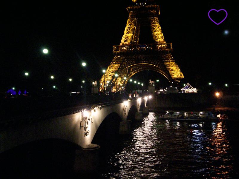 Torre Eiffel, à noite, iluminada.