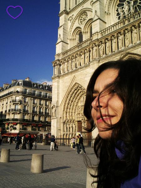 Selfie com a Catedral de Notre Dame atrás.