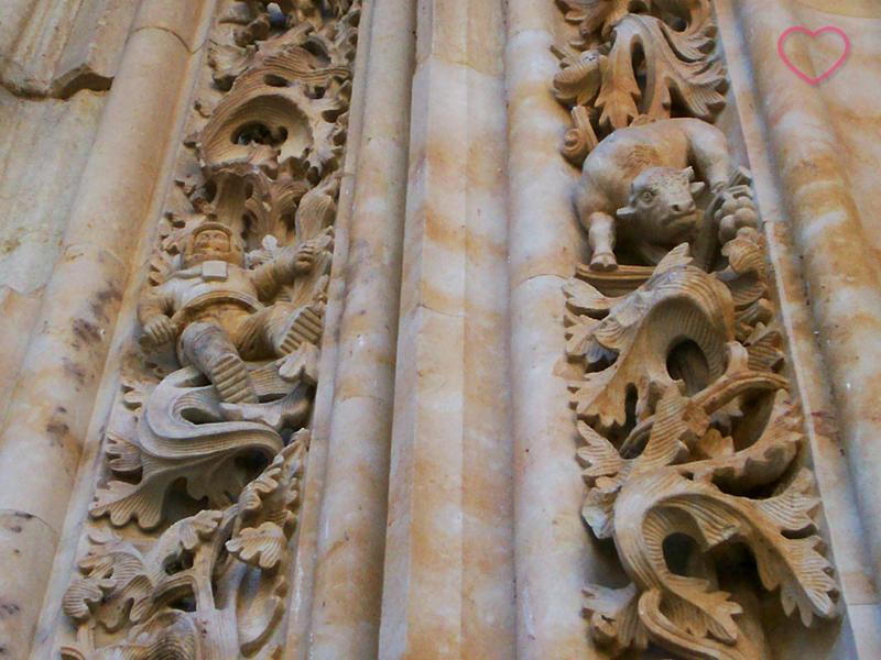 Detalhe da fachada da Catedral Nueva onde se vê o astronauta.
