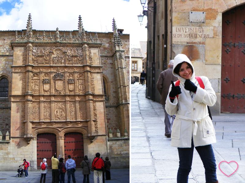 Combinação de duas fotos. Na da esquerda se vê a fachada do edifício da Escuelas Mayores com muitos turistas procurando a rã. Eu estou lá. Na da direita, estou eu comemorando por ter encontrado a rã.