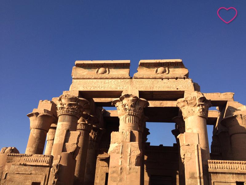 O templo e suas colunas que remetem a uma flor.