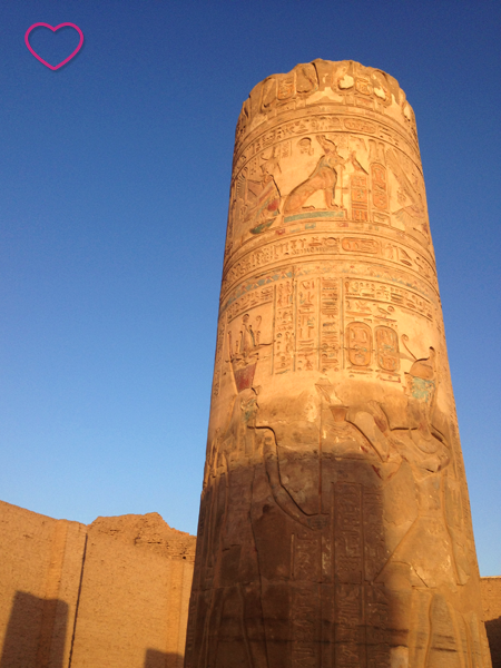 Coluna com hieróglifos. Mais próximo ao topo as cores estão conservadas.