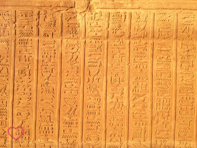 Hieróglifos em uma parede.