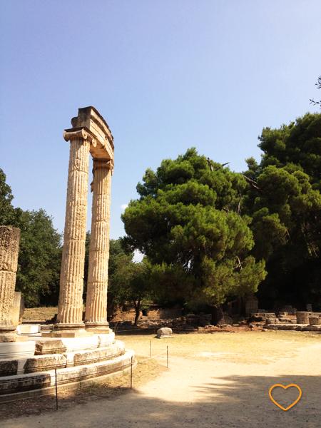 Philippeion, um templo em Olímpia. Agora, ruínas.