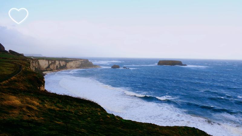 O mar, uma ilha e os precipícios.