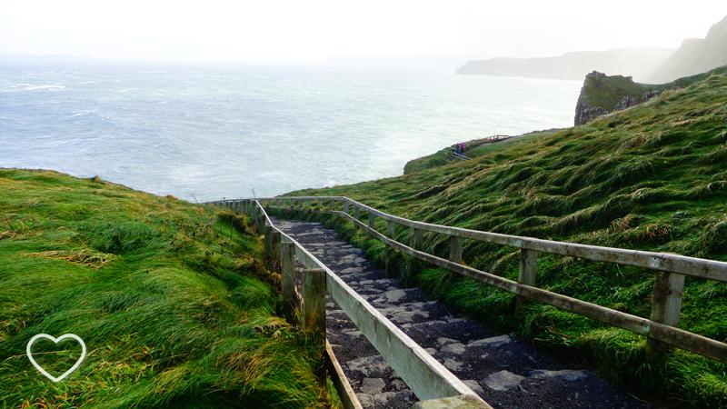 A escadaria colina abaixo. Muito verde em volta e o mar abaixo.