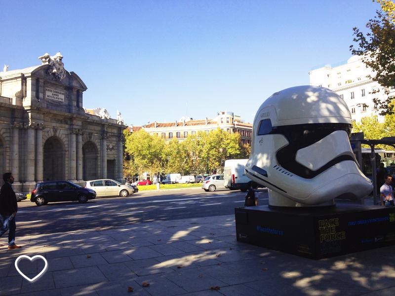 Do lado esquerdo, a Puerta de Alcalá. Do lado direito, o capacete do First Order Stormtrooper.