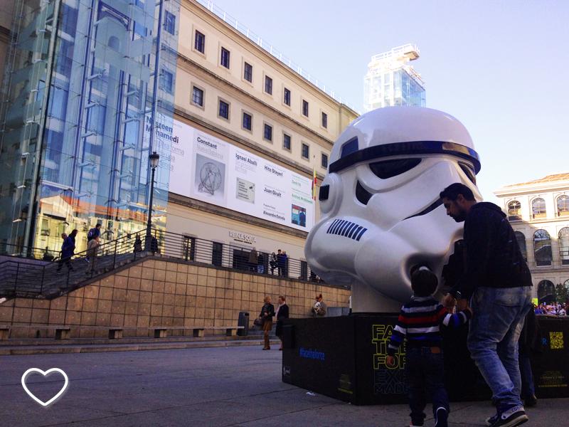 Do lado direito, o capacete do Stormtrooper e, ao fundo, o Museo Reina Sofía.