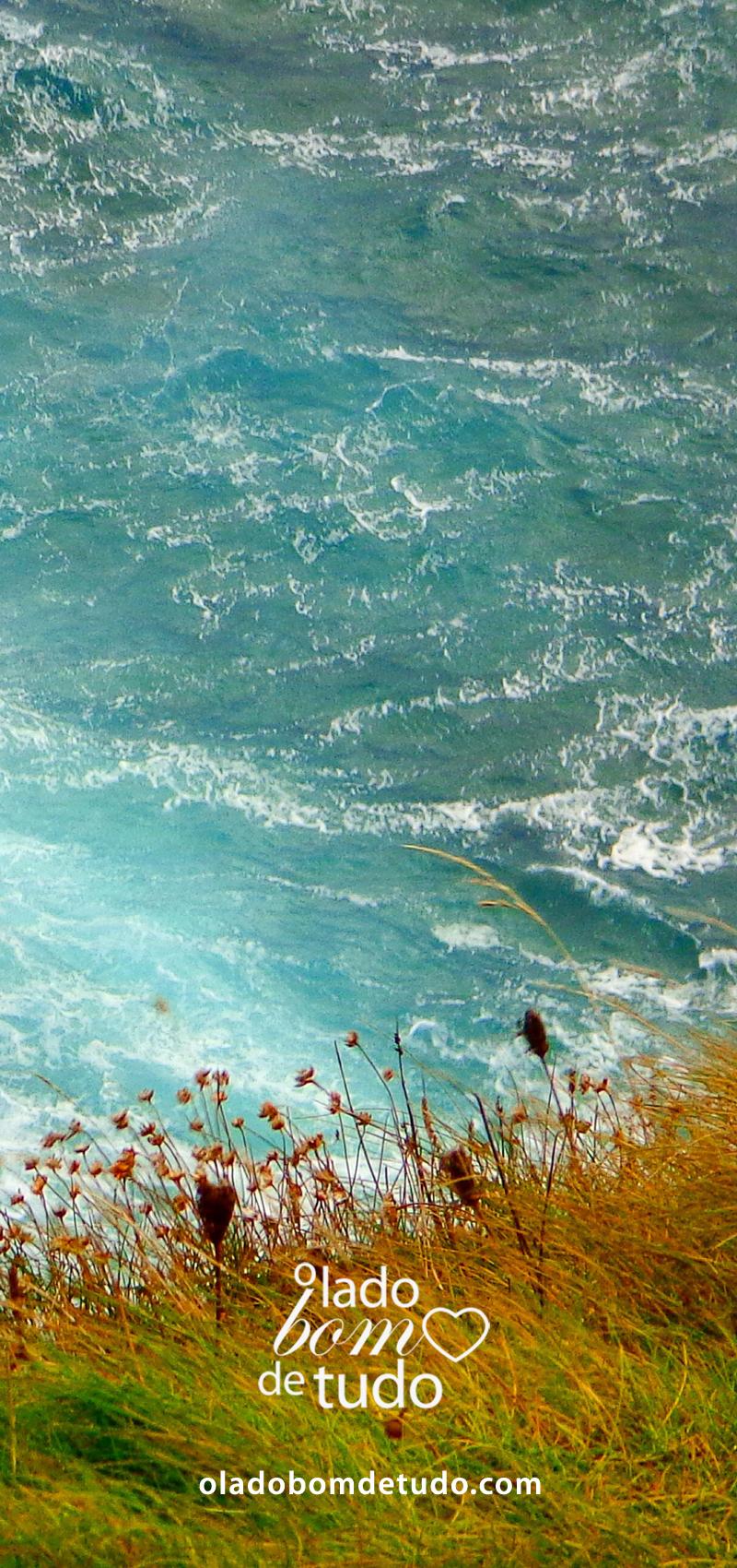 O mar bem azul de Antrim e o gramado bem verde.