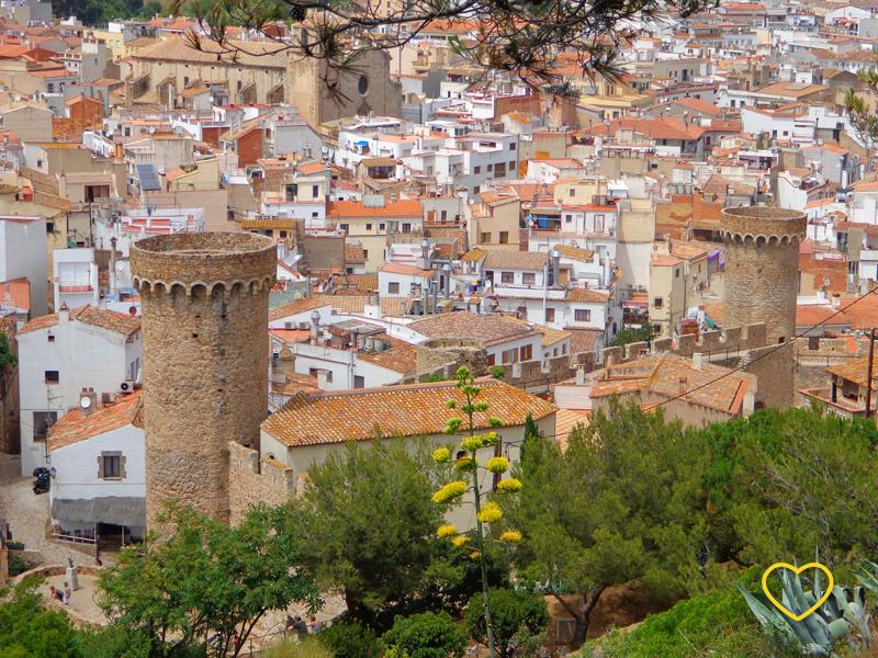 Torres e a cidade cheia de casinhas atrás.