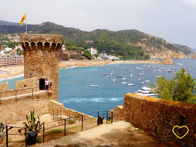 A torre e parte da muralha. E a praia ao fundo.