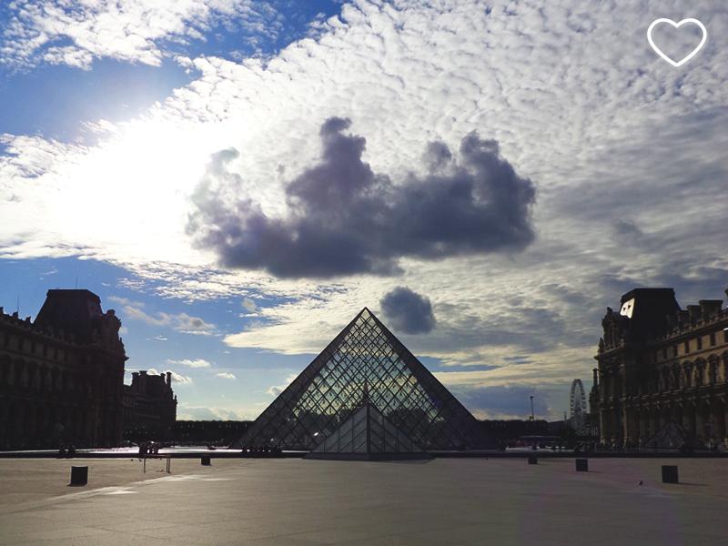 A pirâmide do Louvre, no pátio externo do museu, enquanto não havia ninguém lá. Vê-se uma nuvem mais escura acima da pirâmide, com uma outra menor, abaixo da grande.