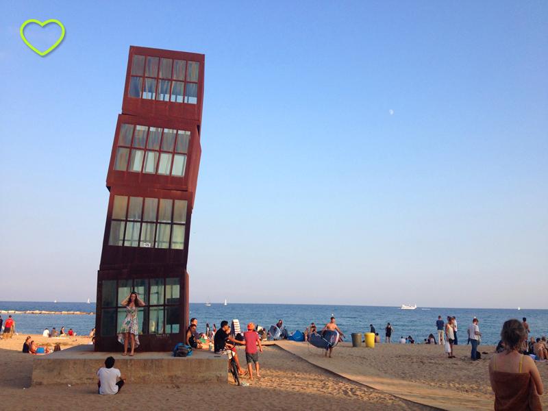 A praia e um dos monumentos que a adornam. Parecem três caixas de metal com uma das faces de vidro, empilhadas mas como que na iminência de caírem.