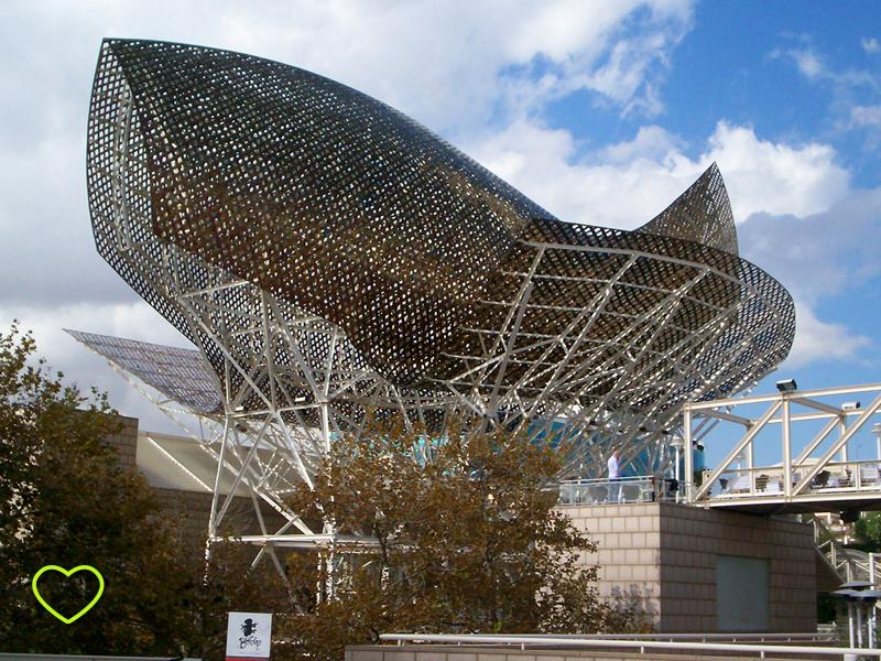 A construção é metálica e formada por várias peças que lembram escamas.