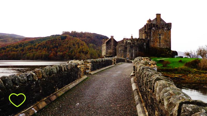 Entrada da ponte que leva ao castelo. Vê-se o castelo ao fundo.