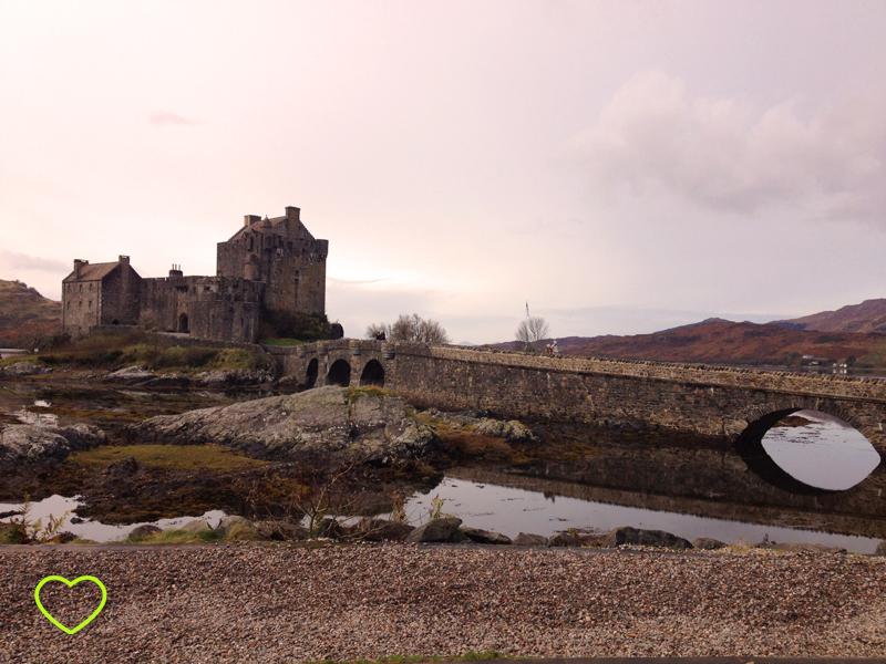 Foto do castelo e a ponte.