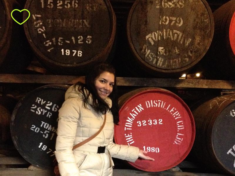 Eu ao lado de um barril de whisky com o ano do meu nascimento, 1980.
