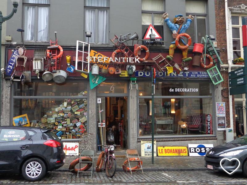 Fachada de loja de bugiganga cheia de objetos decorando o letreiro.