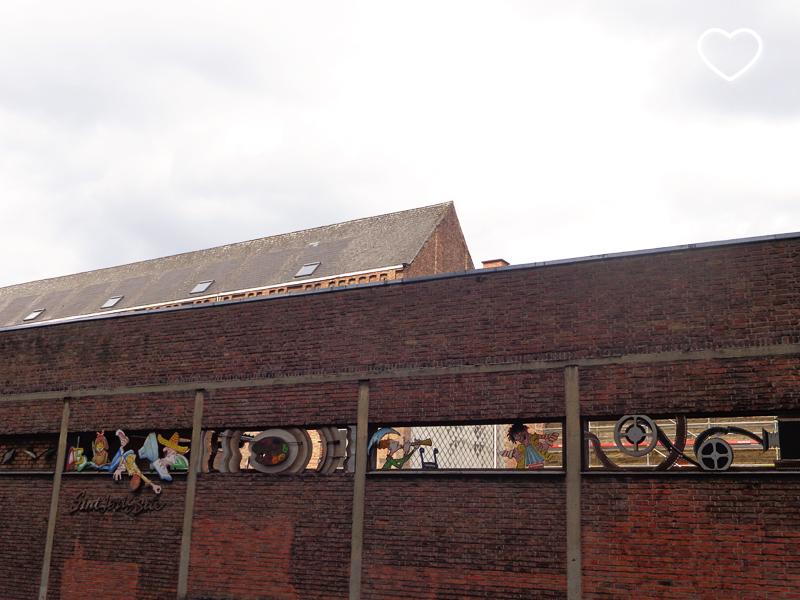 Grafitti em uma parede de uma escola.