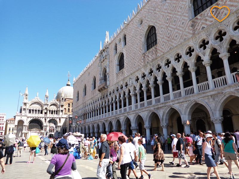 Piazza San Marco cheia de pessoas.
