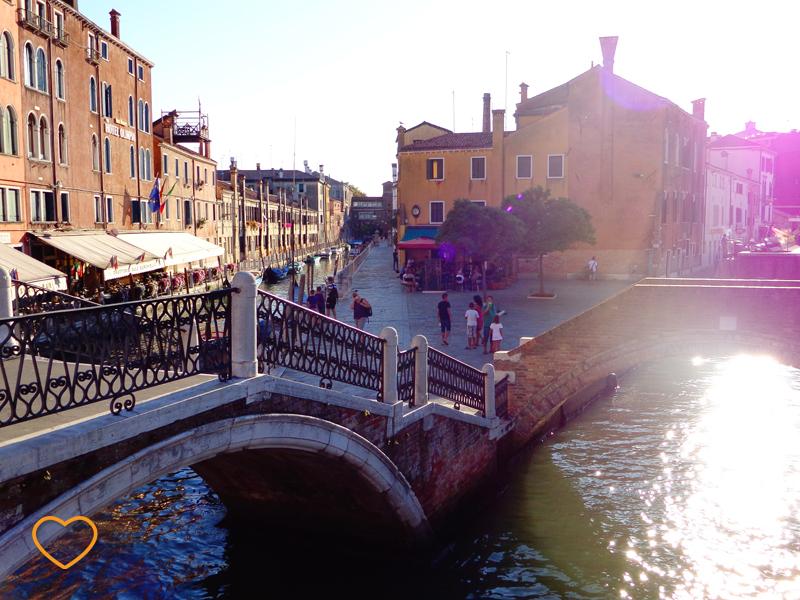 Uma ponte bem grande e um canal bem largo.
